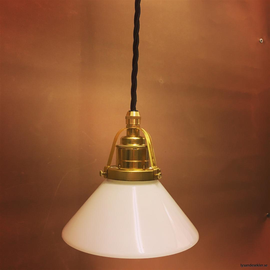 fönsterlampa med svart tygsladd och klofattning i mässing 60 mm fläns (8)