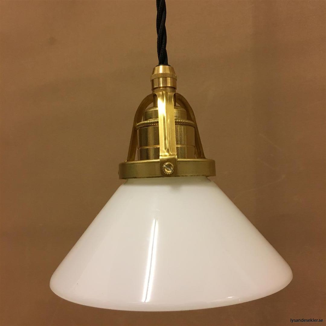 fönsterlampa med svart tygsladd och klofattning i mässing 60 mm fläns (5)