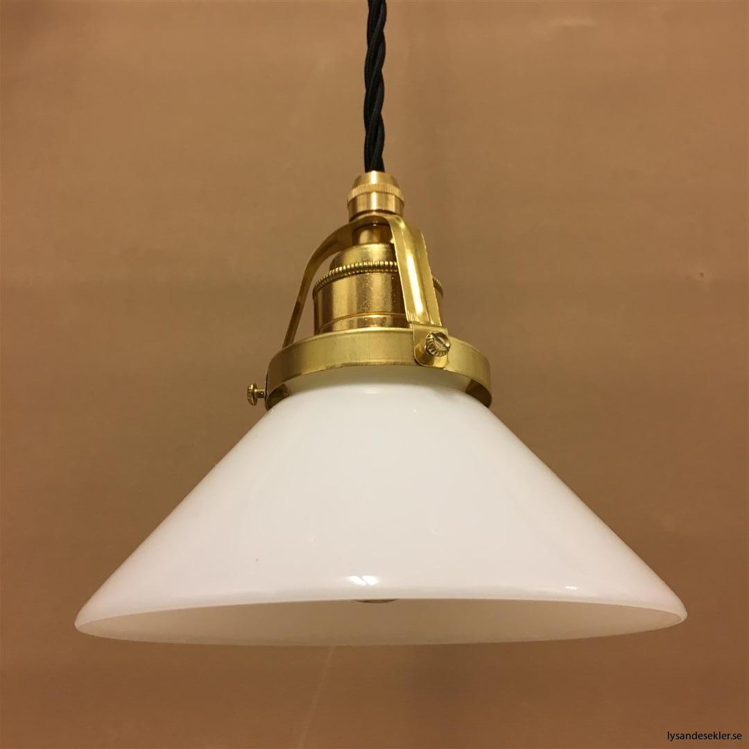 fönsterlampa med svart tygsladd och klofattning i mässing 60 mm fläns (7)