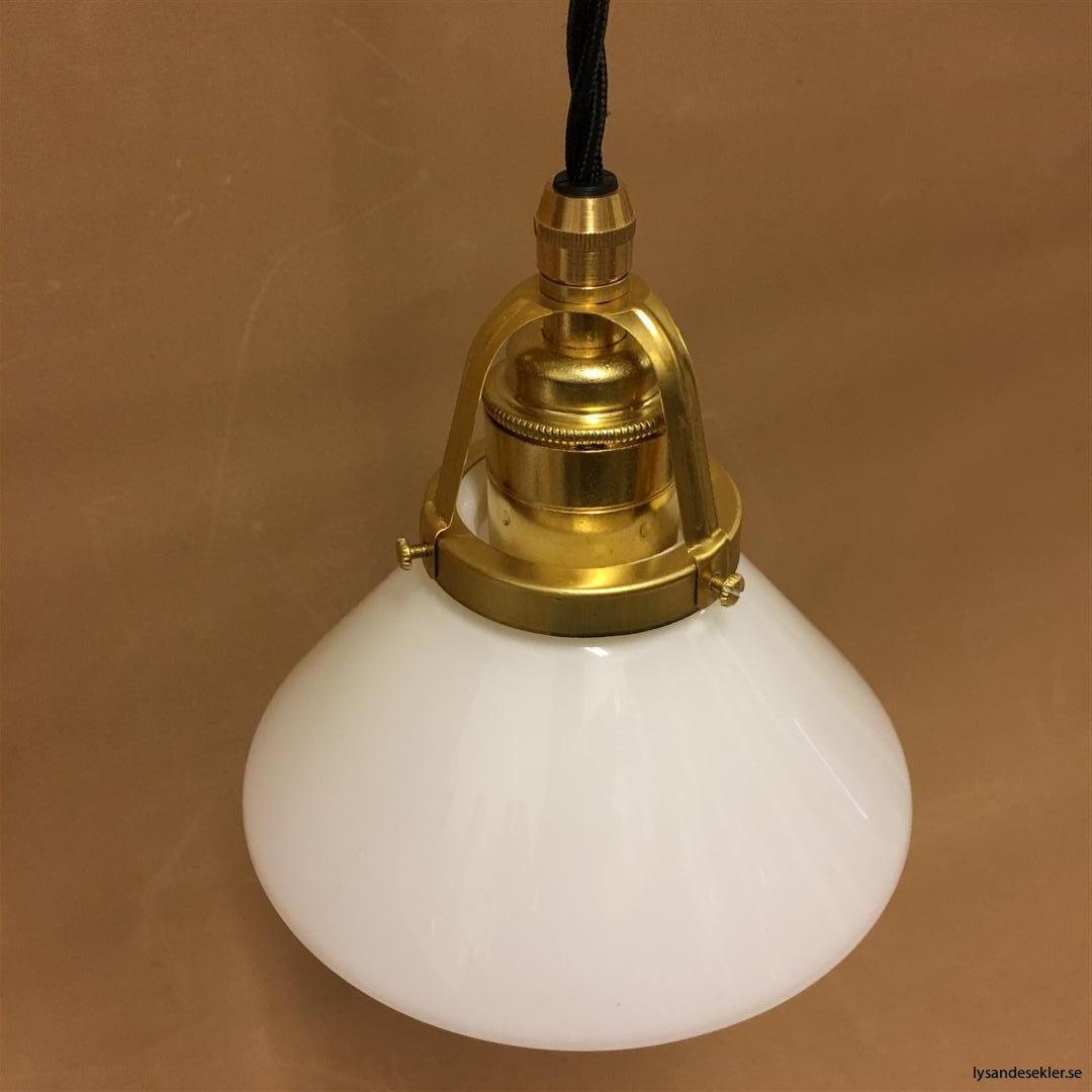 fönsterlampa med svart tygsladd och klofattning i mässing 60 mm fläns (10)