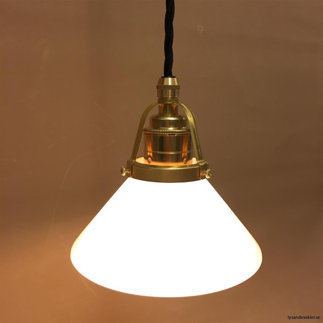 fönsterlampa med svart tygsladd och klofattning i mässing 60 mm fläns (1)
