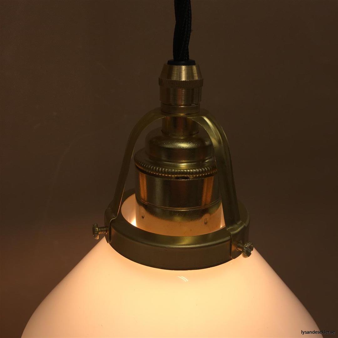 fönsterlampa med svart tygsladd och klofattning i mässing 60 mm fläns (2)