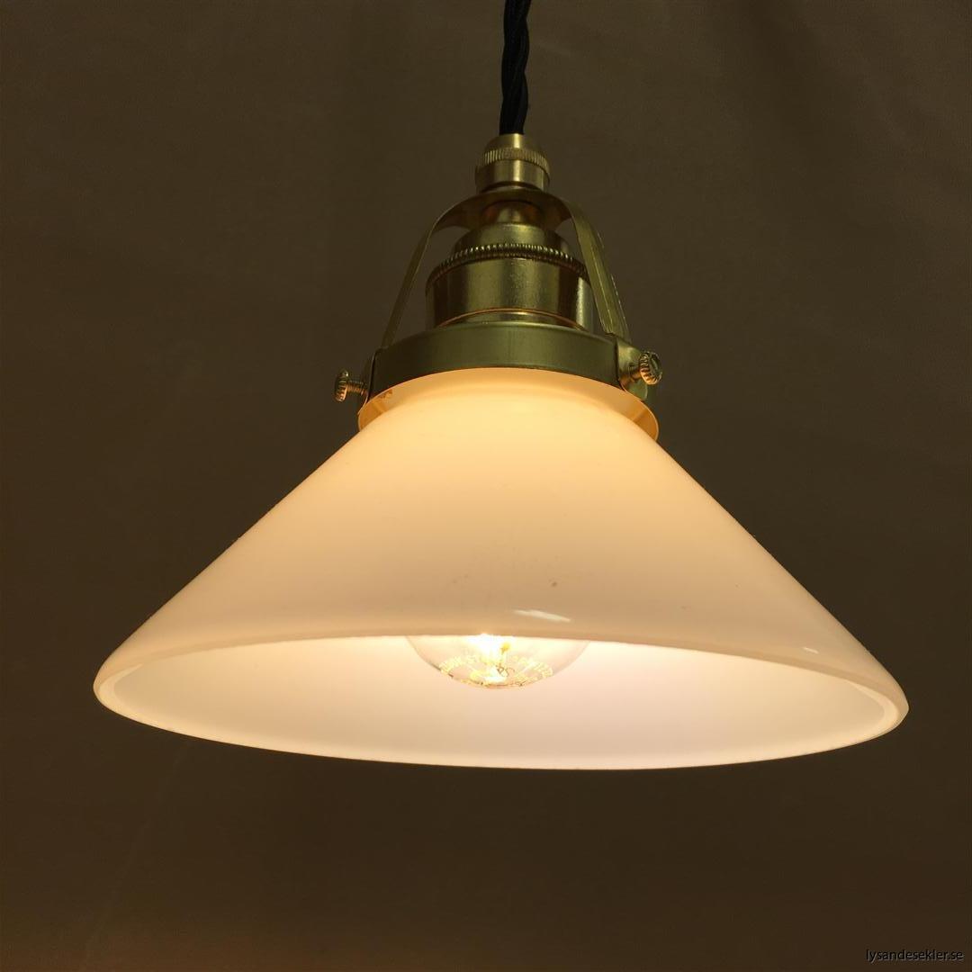 fönsterlampa med svart tygsladd och klofattning i mässing 60 mm fläns (3)
