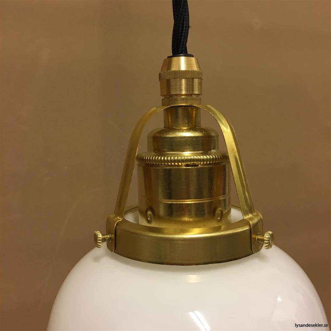 fönsterlampa med svart tygsladd och klofattning i mässing 60 mm fläns (51)