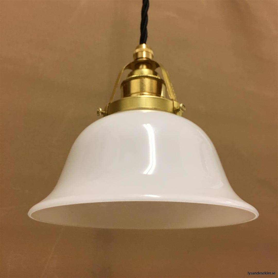 fönsterlampa med svart tygsladd och klofattning i mässing 60 mm fläns (52)
