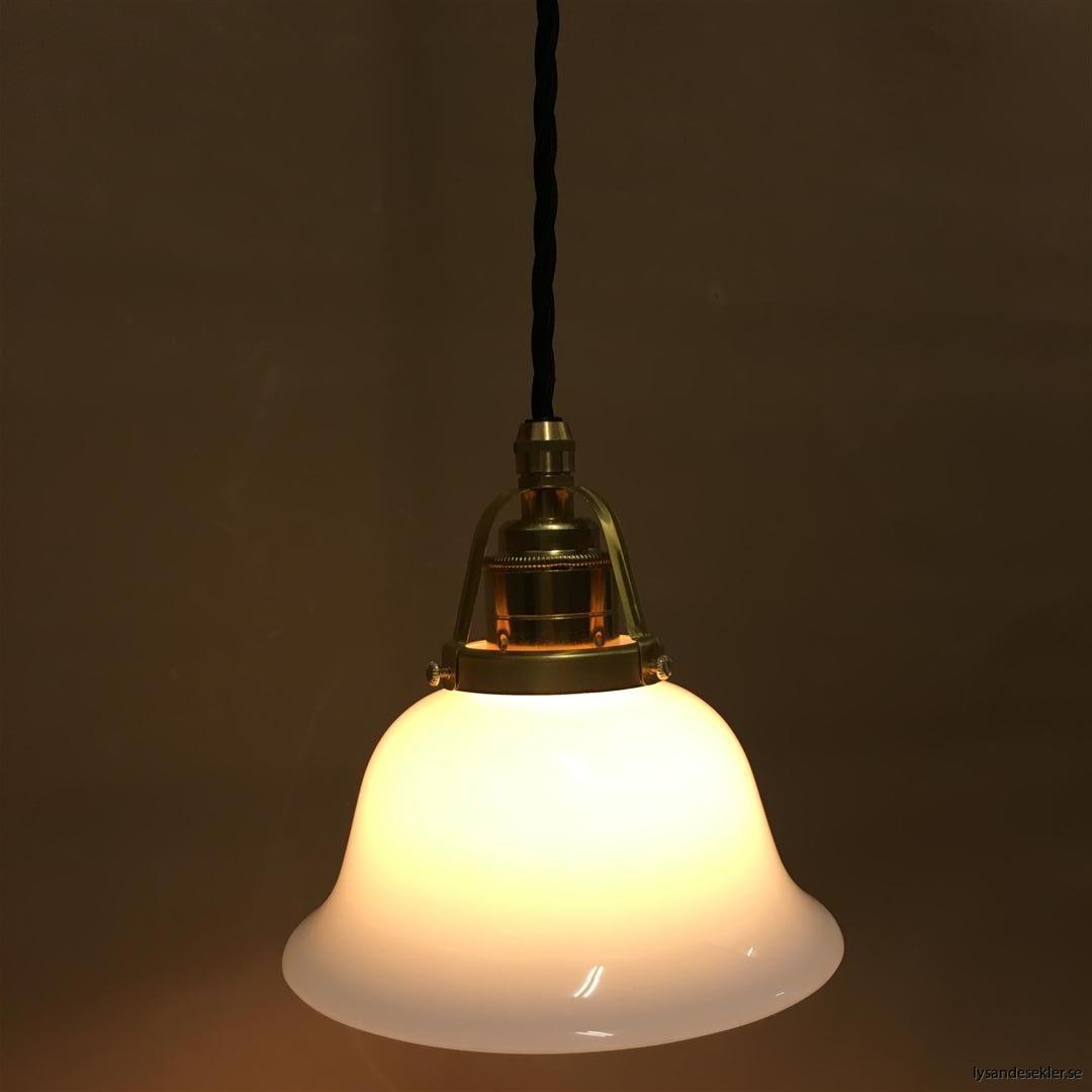 fönsterlampa med svart tygsladd och klofattning i mässing 60 mm fläns (53)
