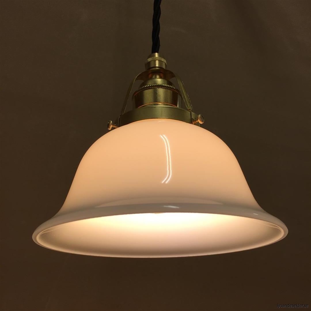 fönsterlampa med svart tygsladd och klofattning i mässing 60 mm fläns (55)