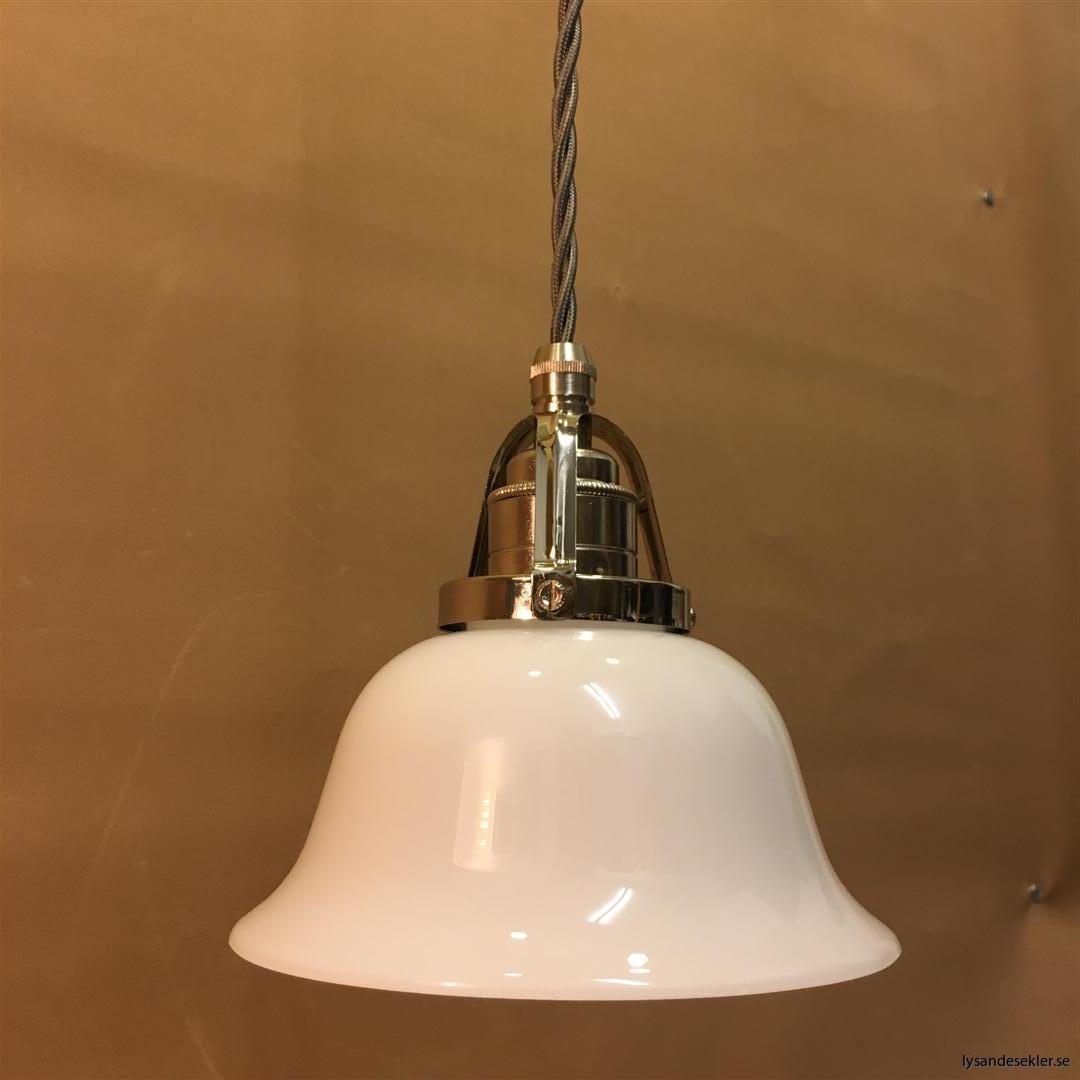 fönsterlampa opalvit i nicklat fäste med tygsladd (2)