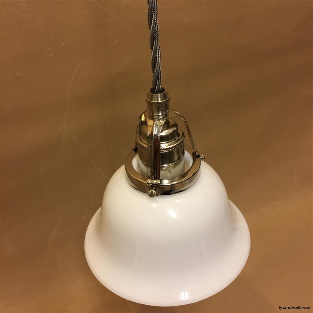 fönsterlampa opalvit i nicklat fäste med tygsladd (10)