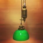 Hisslampa i antiklackerad mässing med skålformad mörkgrön klockskärm