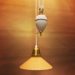 Hisslampa vitt porslin med 20 cm gul skomakarskärm