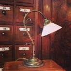 Jugendlampan med liten opalvit skomakarskärm
