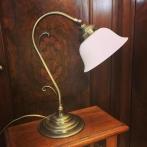 Jugendlampan med opalvit utsvängd klockskärm