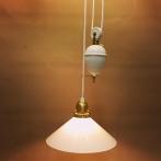 Hisslampa vitt porslin med 25 cm opalvit skomakarskärm