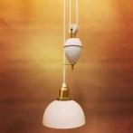 Hisslampa vitt porslin med skålformad opalvit klockskärm
