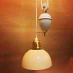 Hisslampa vitt porslin med skålformad vaniljtonad klockskärm