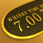 Mässingsskylt: Whisky time aboard daily: 7.00 to 6.59