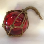 Glaskula i nät röd 15 cm i diameter