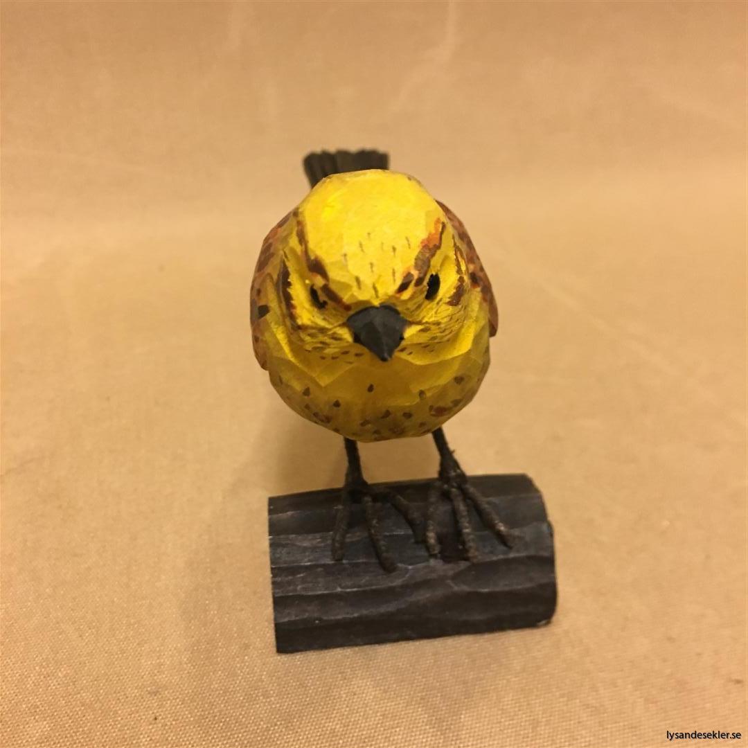 gulsparv handsnidad fågel trä snidad naturlig storlek dekoration (4)