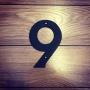 9 - Siffra i gjutjärn - Siffran NIO inkl. 2 skruvar och brickor
