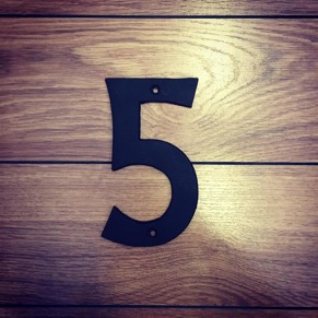 5 - Siffra i gjutjärn - Siffran FEM inkl. 2 skruvar och brickor