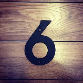 6 - Siffra i gjutjärn - Siffran SEX inkl. 2 skruvar och brickor