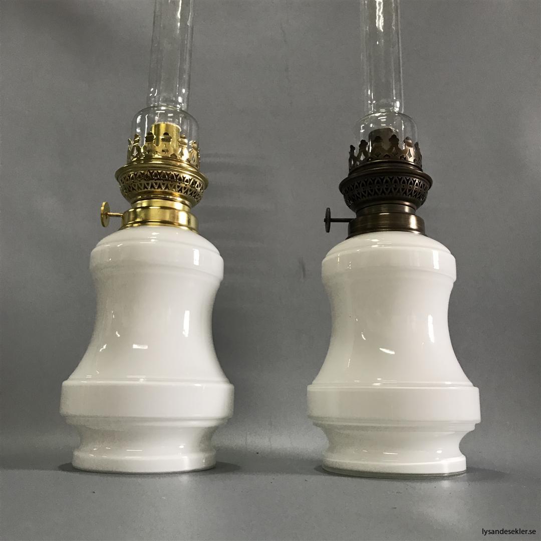 Bianca fotogenlampa mässing blank eller antik fransk oljelampa vit vitt glas (3)