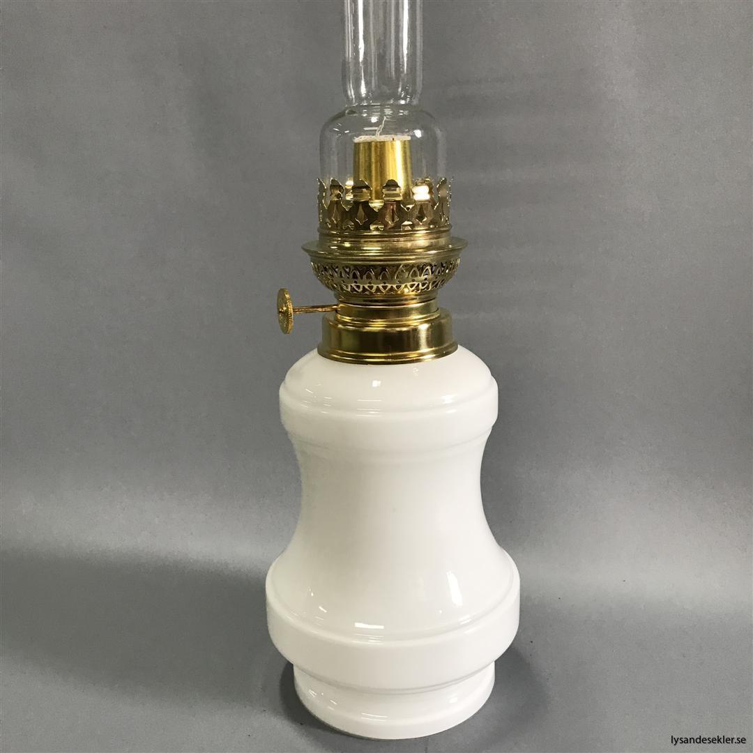 Bianca fotogenlampa mässing blank eller antik fransk oljelampa vit vitt glas (16)