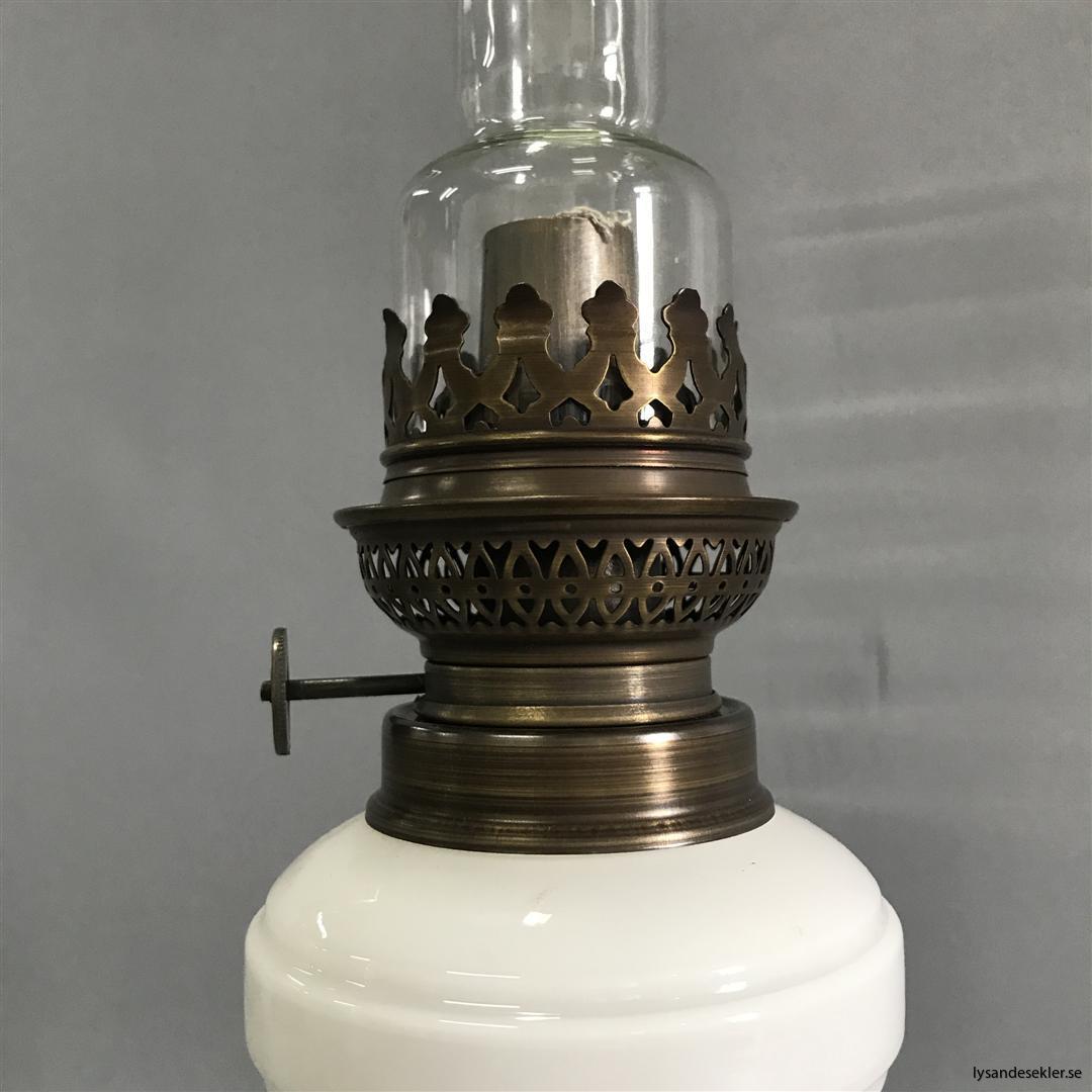 Bianca fotogenlampa mässing blank eller antik fransk oljelampa vit vitt glas (7)