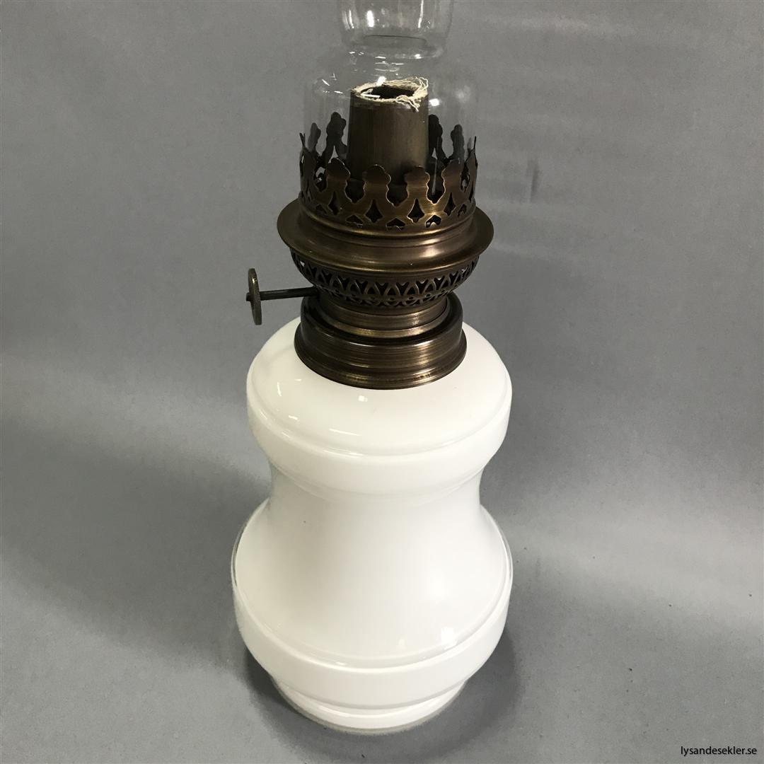 Bianca fotogenlampa mässing blank eller antik fransk oljelampa vit vitt glas (8)