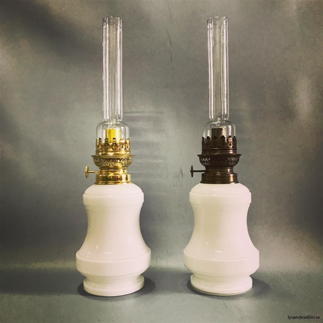 Bianca fotogenlampa mässing blank eller antik fransk oljelampa vit vitt glas (1)