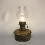 Liten ärgad mässingslampa (äldre)