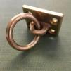 Litet ringhandtag i mässing - Ringbeslag i mässing på rektangulär platta