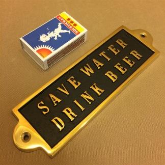 Mässingsskylt: Save water. Drink beer. - Mässing: Save water. Drink beer.