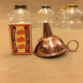 Liten tratt på påfyllning lampolja - Liten tratt i koppar med mässingshandtag