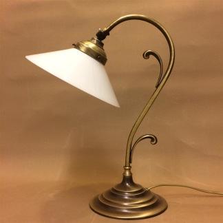 Jugendlampan med stor opalvit skomakarskärm - Jugendlampan med stor opalvit skomakarskärm