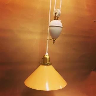 Hisslampa vitt porslin med 25 cm gul skomakarskärm - Hisslampa vitt porslin med gul 25 cm hög skomakarskärm