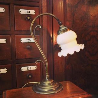Jugendlampan med vit klockskärm med vågad kant - Jugendlampan med vit klockskärm med vågad kant