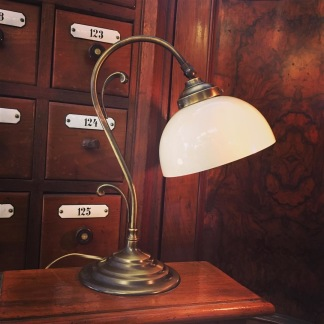 Jugendlampan med skålformad vaniljtonad klockskärm - Jugendlampan med skålformad opalvit klockskärm
