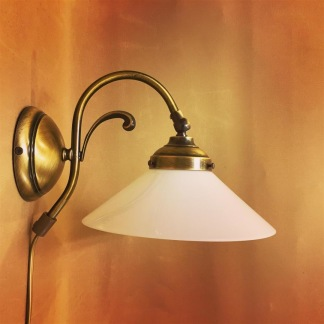 Vägglampa jugend med stor opalvit skomakarskärm - Vägglampa jugend med stor opalvit skomakarskärm