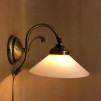 Vägglampa jugend med stor opalvit skomakarskärm