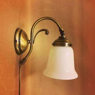 Vägglampa jugend med vit klockskärm med rak kant - Vägglampa jugend med vit klockskärm med rak kant