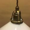 Opalvit 25 cm skomakarskärm med antikt/brunt tygsladdsupphäng