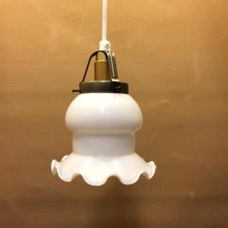 Opalvit volangskärm med midja och enkelt plastupphäng - Vit klassisk klockskärm med vågig nederkant  + 130 cm sladdupphäng med klippt sladd (för tak)