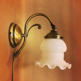 Vägglampa jugend med vit klockskärm med vågad kant - Vägglampa jugend med liten opalvit skomakarskärm