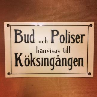 Plåtskylt: Bud och Poliser hänvisas till Köksingången - Skylt plåt Bud och Poliser