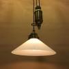 Hisslampa i antiklackerad mässing med 25 cm opalvit skomakarskärm