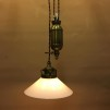 Hisslampa i antiklackerad mässing med 20 cm opalvit skomakarskärm