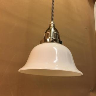 Opalvit lägre klockskärm med nickel/grå tygsladdsupphäng - Opalvit utsvängd kupa med tvinnat grått tygsladdsupphäng