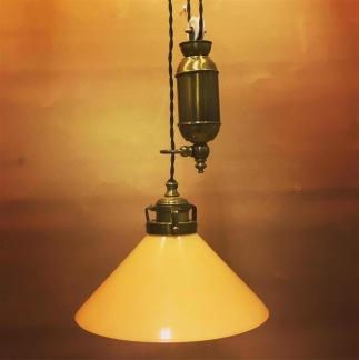 Hisslampa i antiklackerad mässing med 25 cm gul hög skomakarskärm - Hisslampa i antiklackerad mässing med 25 cm mörkgrön skomakarskärm